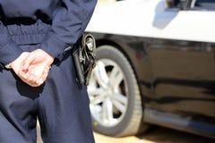 Japanischer Polizeibeamte mit Streifenwagen Lizenzfreie Stockfotos
