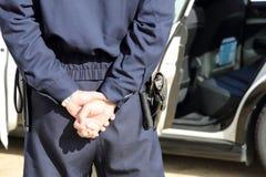 Japanischer Polizeibeamte mit Streifenwagen Stockfoto