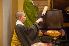 Japanischer Priester an Zojoji-Tempel in Tokyo Lizenzfreies Stockfoto