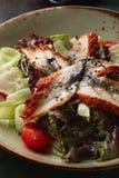 Japanischer Salat mit Aal Stockfoto