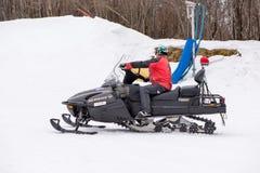 Japanischer Sanitäter, der ein Schneemobil fahrung reitet Lizenzfreie Stockbilder