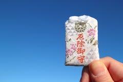 Japanischer schützender Charme im blauen Himmel Stockfotos