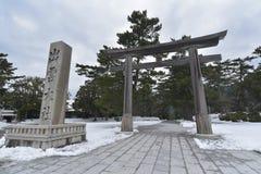 Japanischer shintoistischer Schrein Izumo Taisha mit Schnee Lizenzfreie Stockbilder