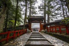 Japanischer shintoistischer Schrein und Steingehweg stockfotografie