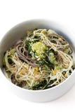 Japanischer Spinat-Lauch-Salat Stockfotos