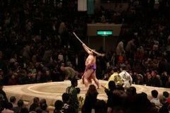 Japanischer Sumoringkämpfer, der Bogenzeremonie durchführt stockfotos