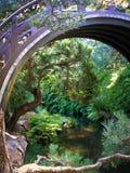 Japanischer Tee-Garten-Teich und Brücke Stockfotos