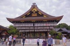 Japanischer Tempelschrein mit Laternen Lizenzfreies Stockfoto