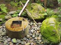 Japanischer traditioneller Bambusbrunnen Stockfotografie