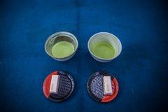 Japanischer traditioneller heißer matcha Tee und ein Bonbon lizenzfreies stockbild