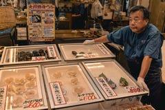 Japanischer Verkäufer, der Meeresfrüchte am Fischmarkt in Kanazawa verkauft lizenzfreies stockbild