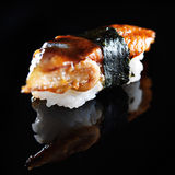 Japanisches Aalsushi nigiri auf schwarzem Hintergrund Lizenzfreie Stockfotografie