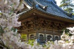 Japanisches Gebäude im Garten stockbild