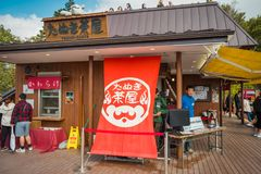 Japanisches Geschäft, das weiche Creme, dango und Getränke im Berg nahe See Kawaguchiko, Japan verkaufen stockfotografie