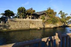 Japanisches Haus auf einem Kanal Stockbild