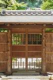 Japanisches Haus und japanischer grüner Garten Stockfotografie