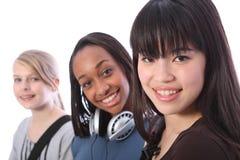 Japanisches Jugendkursteilnehmermädchen mit Schulefreunden Stockfotografie