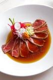 Japanisches Kücherindfleisch tataki goss mit Sojasoße Stockfoto