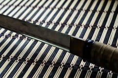 Japanisches Klinge katana auf Bambusmatte Lizenzfreie Stockfotografie