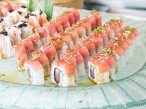 Japanisches Lebensmittel der Sushi vereinbarte schön in einem Glasteller Lizenzfreies Stockbild