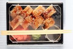 Japanisches Lebensmittel des Zustelldiensts rollt im Plastik Stockfotos