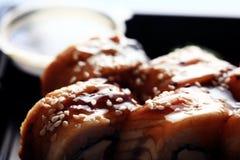 Japanisches Lebensmittel des Zustelldiensts rollt im Plastik Lizenzfreies Stockfoto