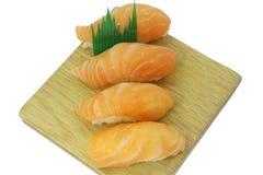 Japanisches Lebensmittel, Sashimisushisatz auf der hölzernen Platte lokalisiert auf weißem Hintergrund Stockfotografie