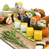 Japanisches Lebensmittel - Sushi, Sashimi, rollt auf einem hölzernen Brett isolat lizenzfreie stockfotos