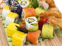 Japanisches Lebensmittel - Sushi, Sashimi, rollt auf einem hölzernen Brett isolat lizenzfreies stockfoto