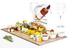 Japanisches Lebensmittel - Sushi, Sashimi, rollt auf einem hölzernen Brett isolat lizenzfreie stockfotografie