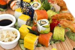 Japanisches Lebensmittel - Sushi, Sashimi, rollt auf einem hölzernen Brett isolat stockfotos