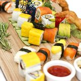 Japanisches Lebensmittel - Sushi, Sashimi, rollt auf einem hölzernen Brett isolat stockfoto