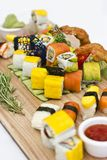 Japanisches Lebensmittel - Sushi, Sashimi, rollt auf einem hölzernen Brett isolat stockbilder