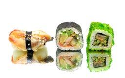 Japanisches Lebensmittel - Sushi und Rollen auf einem weißen Hintergrund Lizenzfreie Stockfotografie