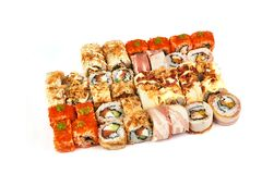Japanisches Lebensmittelrestaurant, Sushi maki gunkan Rollenplatte oder Servierplattensatz Kalifornien-Sushirollen mit Lachsen Su lizenzfreie stockbilder