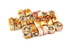 Japanisches Lebensmittelrestaurant, Sushi maki gunkan Rollenplatte oder Servierplattensatz Kalifornien-Sushirollen mit Lachsen Su lizenzfreie stockfotografie