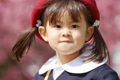 Japanisches Mädchen in der Kindergartenuniform Lizenzfreies Stockfoto