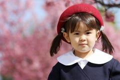 Japanisches Mädchen in der Kindergartenuniform Stockfotos
