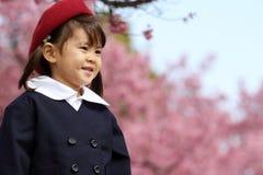 Japanisches Mädchen in der Kindergartenuniform Stockfotografie