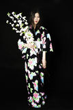 Japanisches Mädchen im traditionellen japanischen Kimono, Griffzweige von ch Stockfoto