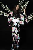Japanisches Mädchen im traditionellen japanischen Kimono, Griffzweige von ch Stockbilder