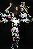 Japanisches Mädchen im traditionellen japanischen Kimono, Griffzweige von ch Stockbild