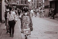 Japanisches Maiko, das hinunter die Straße in Gion Kyoto Japan geht stockfoto