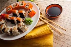 Japanisches maki auf Platte Stockfotografie