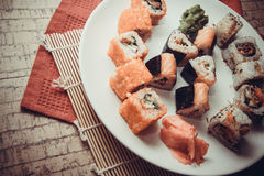 Japanisches maki auf Platte Stockbild