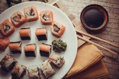 Japanisches maki auf Platte Stockfotos