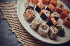 Japanisches maki auf Platte Stockbilder