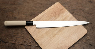 Japanisches Messer auf hölzernem quadratischem Hackklotz von der Draufsicht Lizenzfreie Stockbilder