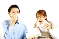 Japanisches Paar leidet unter allergischem rhinitis  Stockfoto