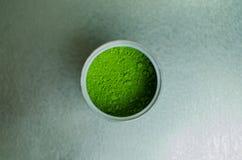 Japanisches Pulver des grünen Tees in einer Dose Lizenzfreie Stockbilder